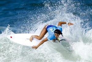 女子2回戦 波を攻める前田マヒナ=釣ケ崎海岸サーフィンビーチ