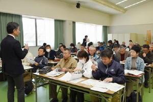 審判説明会で、競技運営などを確認する出席者=佐賀市日の出の佐賀県スポーツ会館