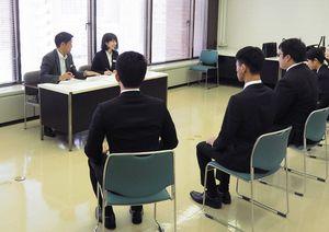グループ面接に挑む大学生たち=佐賀市の佐賀銀行本店