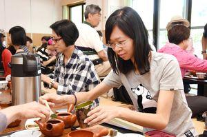 煎茶体験を楽しむ台湾からの観光客=神埼市神埼町の「仁比山温泉もみじの湯」