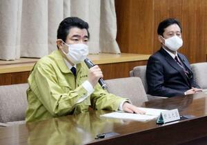 鳥インフルエンザの防疫対策本部で発言する野上農相(左)=23日午後、農水省