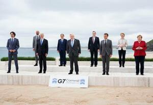 G7サミットで記念写真に納まる各国首脳ら。(左から)カナダのトルドー首相、ミシェルEU大統領、バイデン米大統領、菅首相、英国のジョンソン首相、イタリアのドラギ首相、フランスのマクロン大統領、フォンデアライエン欧州委員長、ドイツのメルケル首相=11日、英コーンウォール(AP=共同)