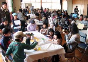 会場は子どもたちのおもてなしでにぎわった=佐賀市の若楠公民館