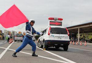 迅速で正確な事故処理の技能を競った交通管理業務コンテスト=佐賀市大和町の佐賀高速道路事務所