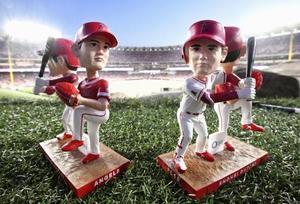昨年の試合でエンゼルスタジアムの来場者に配布された大谷の首振り人形(共同)