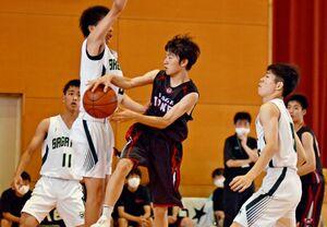 バスケットボール男子1回戦・佐賀北-武雄 佐賀北の選手(白)に囲まれながら味方にパスを出す武雄の選手=多久高(撮影・谷口大輔)