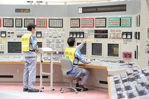 中央制御室で制御棒の引き抜き操作を行い、原子炉を起動させる運転員=23日午前11時、東松浦郡玄海町の九州電力玄海原発(撮影・山田宏一郎)