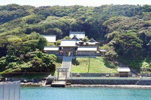 海に面して鳥居が建つ田島神社=唐津市呼子町加部島