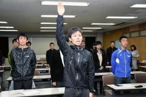 鳥栖市チームの結団式で選手宣誓をする吉田公介選手=鳥栖市役所