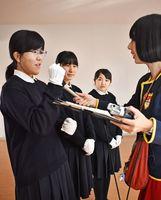 ハンドベルの魅力を部員たちにインタビューする小野原睦さん=佐賀市の佐賀女子高校