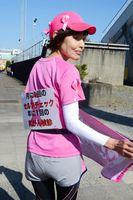 乳がん検診を促すメッセージを背中に付け、完走した高椋里恵子さん
