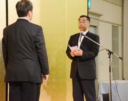受賞者を代表してあいさつする中野建設の中野武志社長(右)=佐賀市のマリトピア