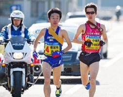 2日目最長区間で区間賞の走りを見せた佐賀市の吉岡幸輝(中央)=15区(撮影・米倉義房)