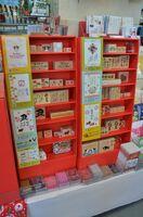 年賀状の販売開始に合わせて例年設置しているスタンプコーナー。えとの牛のイラストや、あいさつの文言など、さまざまなデザインが並んでいます。スタンプの隣には作成例も掲示されていて、出来上がりをイメージしやすくなっています。