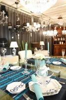 ガラステーブルとシャンデリアで輝く川副青山のテーブルコーディネート。10年目の結婚記念日をテーマにしている