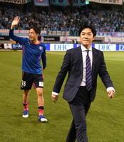 試合終了後、スタンドを一周しあいさつするC大阪の伊監督。左は、C大阪MF水沼=鳥栖市のベストアメニティスタジアム
