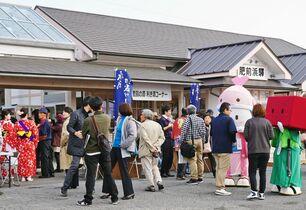 JR九州の観光列車、肥前浜駅に停…