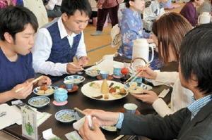 タケノコなど季節の食材を中国風にアレンジした精進料理「普茶料理」を味わう食事客ら=小城市小城町の晴田支館