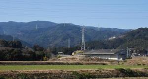 鳥栖市養父町から勝尾城(中央)を望む