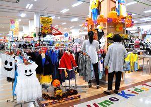 9月から設置しているハロウィーンコーナー。31日までに関連グッズを売り切ろうと、値下げしている店も多い=佐賀市のゆめタウン佐賀