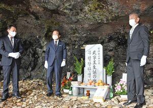 お披露目された武寧王生誕の石碑。完成を祝った福岡の韓国総領事館の孫鍾植総領事(中央)=唐津市の加唐島