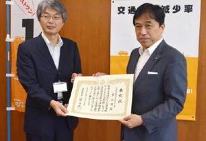 県からの表彰状を受け取る横尾俊彦多久市長(右)=多久市役所