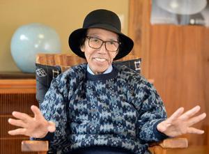 インタビューに答える陶芸家の中島宏さん=武雄市の自宅(撮影・2017年10月)