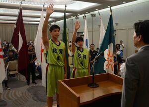 選手を代表して宣誓するバスケットボール少年男子の板垣侑哉(左)と同女子の今村祭里=佐賀市のグランデはがくれ