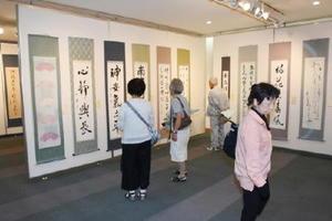 個性豊かな書が並ぶ「玄之會」作品展=佐賀市立図書館