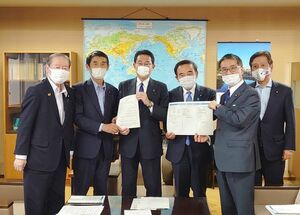 岸田氏(左から3人目)に避難所運営の課題と対応について報告書を手渡す今村氏(同2人目)=東京・永田町の自民党本部