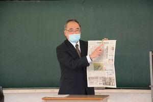 佐賀新聞の製作過程などについて説明する岳英樹次長=有田町生涯学習センター
