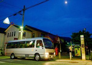 嬉野町内のホタルスポットに向けて出発するホタルバス(嬉野温泉観光協会提供)=嬉野市嬉野町