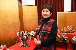 紙塑人形を展示している小林嶺子さん=唐津市本町の旧唐津銀行