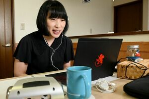 オンラインで脳卒中の当事者会を開いている橋間葵さん=神埼市千代田町