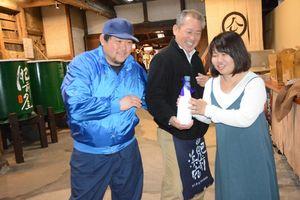 峰松酒造場と肥前浜宿まちづくり公社が開発した酒「浜夢」。プロジェクトメンバーの稲田夕佳さん(右)