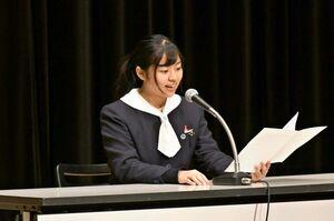高校朗読部門で、抑揚を付けながら発表する生徒=佐賀市のアバンセ