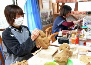 4月の発売再開に向け、人形製作が急ピッチで進む「唐津民芸曳山」の工房=唐津市神田