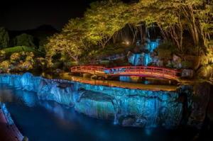 日本庭園にある滝や夏モミジが光る慧洲園のライトアップ