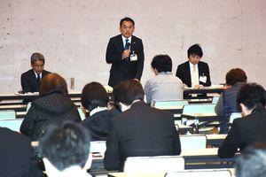 アルピノ管理運営問題の説明会で、取引業者約90人を前に謝罪する峰達郎市長=唐津市新興町のアルピノ