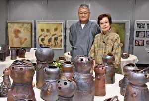 米寿記念展を開いている横山須美さんと長男の征史さん=多久市まちづくり交流センター・あいぱれっと