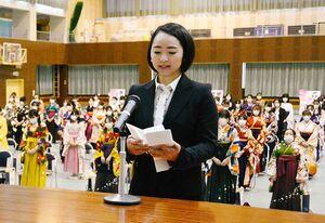 卒業生代表として感謝を述べる丸山俊江さん=佐賀市の佐賀女子短大