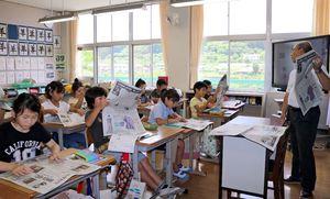 新聞を読みながらまとめ方を学ぶ児童たち=佐賀市大和町の松梅小