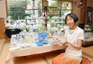 金魚をモチーフにした皿など涼しげな作品が並ぶ「ガラスジュエリーと器展」=基山町のアトリエ石田