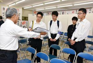候補者の事務所で責任者から説明を受ける佐賀西高の生徒たち=佐賀市