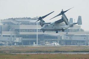 佐賀空港滑走路上空を試験飛行する米国のオスプレイ=8日午前、佐賀市川副町