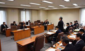 建設業の担い手確保策などをやりとりした県土整備・警察常任委員会=佐賀県議会棟