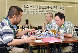 有田焼と伊万里焼の駒を使用したチェス大会=伊万里市の市生涯学習センター