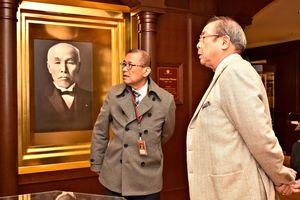 江口直明館長から大隈重信について話を聞く平泉成さん(右)=佐賀市の大隈重信記念館