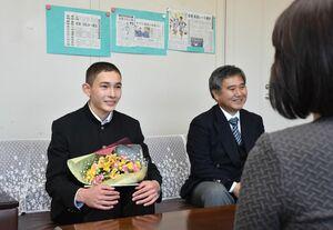 田原優子多久市教育長を訪ね、自身の走りを振り返った東原庠舎東部校9年の笠原大輔さん=市役所