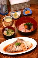 日替わりランチ880円 メーン、海鮮ご飯、小鉢、茶わん蒸し、魚介のみそ汁、漬物